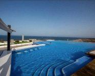 Zwembad met zicht strand